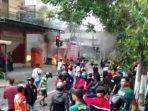 Bentrok Aremania vs Bonek di Kota Blitar, 4 Sepeda Motor dibakar dan 1 orang luka.