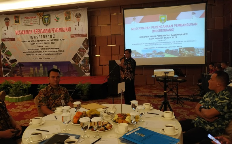 Kepala Bappeda Kota Madiun, Totok Sugiarto saat memberikan sambutan dalam Musrenbang Kota Madiun di Hotel Aston, Selasa (10/03). (Foto - Yahya)