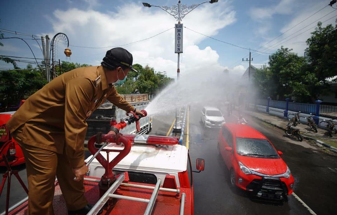 Wali Kota Maidi memimpin langsung Perang Melawan Corona dengan menyemprotkan Cairan Disinfektan kepada pengguna jalan dan kendaraan yang masuk ke Kota Madiun.