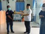 Afghani Wardhana menyerahkan bantuan alat Penyemprot Disinfektan ke PD Muhammadiyah Pacitan. (Foto - Redaksi)