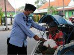 Gunakan uang pribadi, Wali Kota Madiun bagikan sembako kepada yang membutuhkan di masa yang sulit seperti ini.
