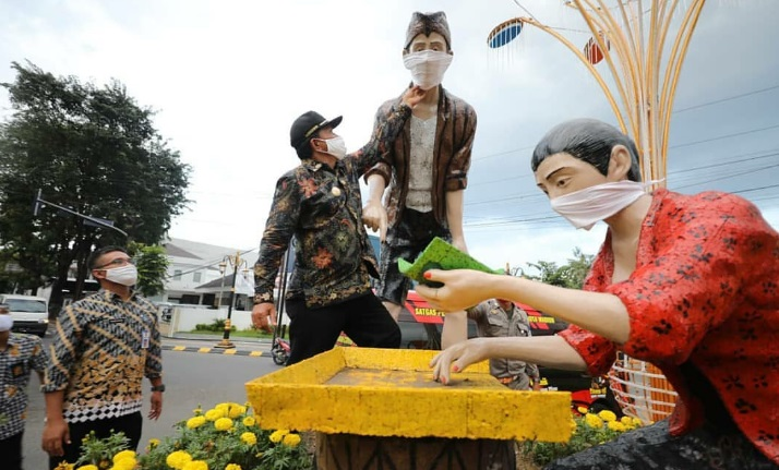 Patung di Kota Madiun saja memakai masker, kamu harus juga pakai masker yaa.....