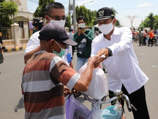 Wali Kota Madiun membagikan paket Sembako kepada Tukang Becak yang merupakan salah satu kelompok masyarakat yang terdampak Covid 19.