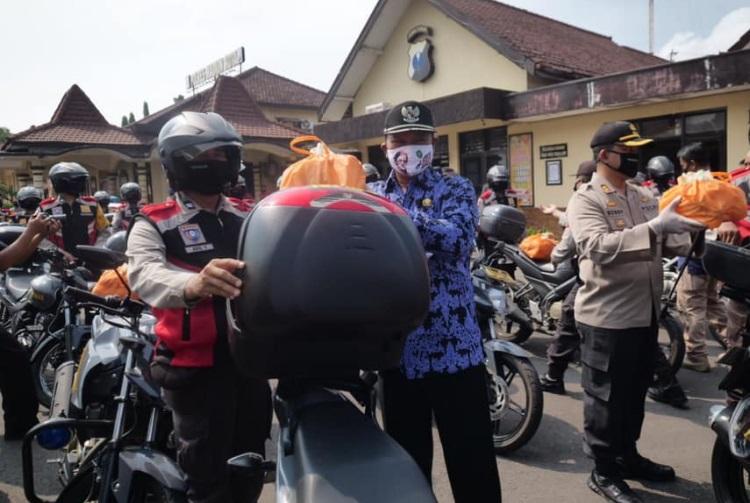 Wali Kota Maidi melepas rombongan Babinkamtibmas yang akan memberikan bantuan secara langsung kepada warga di masing-masing daerah binaannya.