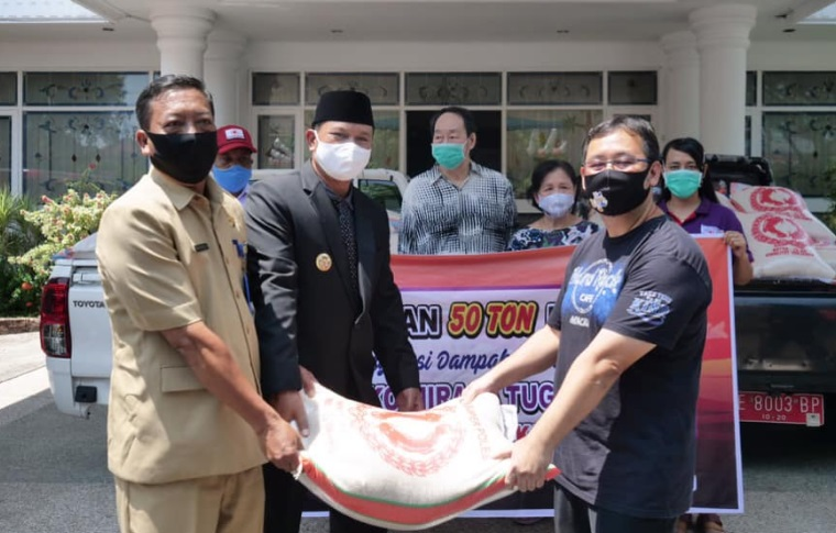 Wali Kota Maidi saat menerima donasi beras dari Mirasa. Sebanyak 50 ton beras akan disalurkan kepada masyarakat Kota Madiun yang membutuhkan.