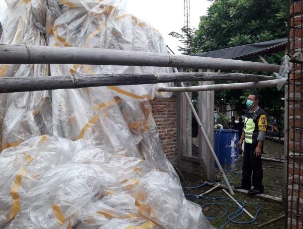 Balon Udara ini jatuh dan menimpa rumah warga di Jambon Ponorogo. (Foto - Polres Ponorogo)