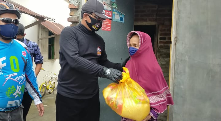 Wali Kota Maidi, menyerahkan bantuan paket sembako secara langsung kepada masyarakat Kota Madiun. (Foto : Yahya)