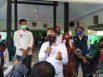 Bupati Ipong Muchlissoni saat menyampaikan keterangan didepan wartawan
