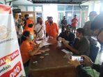 Wali Kota Madiun menyerahkan Bantuan Sosial Tunai (BST) senilai Rp 600 ribu dari Kementerian Sosial kepada masyarakat Kelurahan Manisrejo, Sabtu (09/05/2020). (Foto - Yahya)