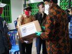 Wali Kota Madiun saat menyerahkan secara simbolis paket bantuan sembako tahap 2 di Kelurahan Demangan Kecamatan Taman, Kota Madiun, Selasa (19/05/2020). (Foto - Yahya)