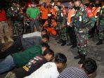 Sejumlah pemuda di Kota Madiun yang melanggar aturan dihukum terpaksa berurusan dengan petugas. Termasuk dengan anggota TNI/Polri. Tanpa basa-basi, petugas langsung meminta mereka 'olahraga malam' melakukan Push Up dan Sit Up serta berguling-guling.