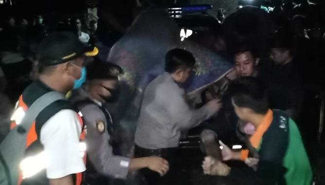 Petugas mengevakuasi jenazah kakak beradik yang tewas tenggelam saat memancing di sungai.