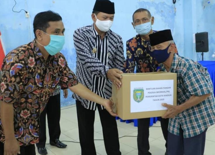 Wali Kota Maidi saat memberikan bantuan di Kelurahan Kanigoro