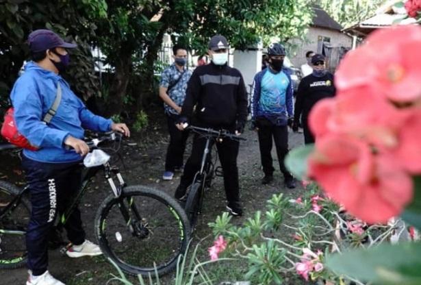 Wali Kota Madiun memborong bunga sambil bersepeda. (FB - Pemkot Madiun)