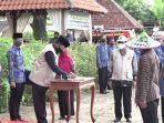 Wali Kota Maidi saat menandatangani Berita Acara Pelantikan 16 Kepala Sekolah dilingkungan Pemeritah Kota Madiun, Jum'at (15/05/2020) di Kebun Bunga Lapangan PDAM Ngrowo Tirta Tamansari Kota Madiun.