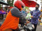 Wali Kota saat membagikan 2000 nasi kepada masyarakat sebagai ganti Silaturahmi Hari Raya Idul Fitri 1441 H