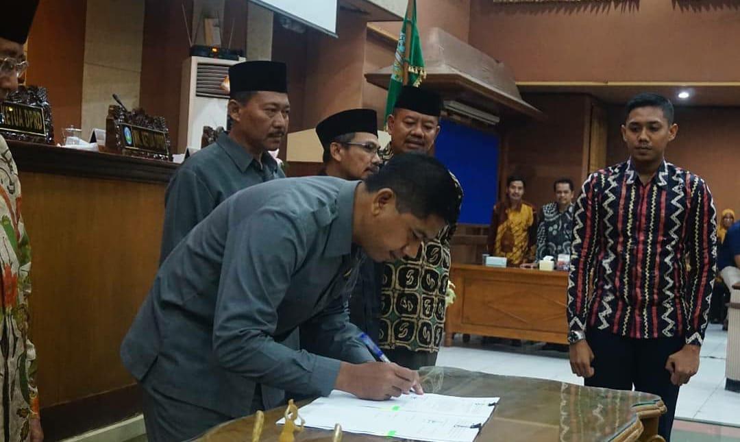 Ketua DPRD Ponorogo saat menandatangani Raperda Layak Anak. (Foto - Redaksi)