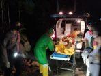 Mayat Mbah Bibit saat dievakuasi oleh Petugas