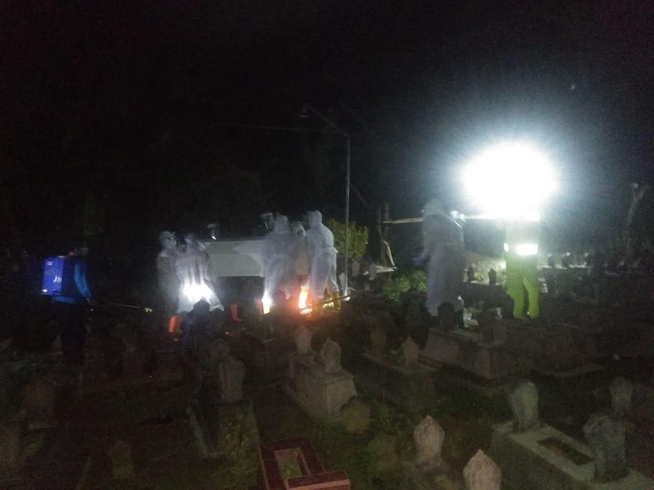 Pemakaman Jenazah PDP di Sooko yang meninggal dunia dengan protokol Covid 19