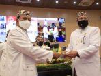 Wali Kota Madiun menerima Tumpeng HUT 102 Tahun Kota Madiun dari Ketua DPRD Kota Madiun, Andi Raya