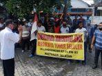 Warga Kelurahan Kertosari melakukan aksi unjuk rasa menolak berdirinya tower telekomunikasi di wilayahnya.