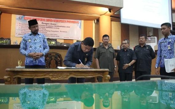 Ketua DPRD Ponorogo, Sunarto, S.Pd menandatangani 3 Raperda yang telah disahkan diawal tahun.