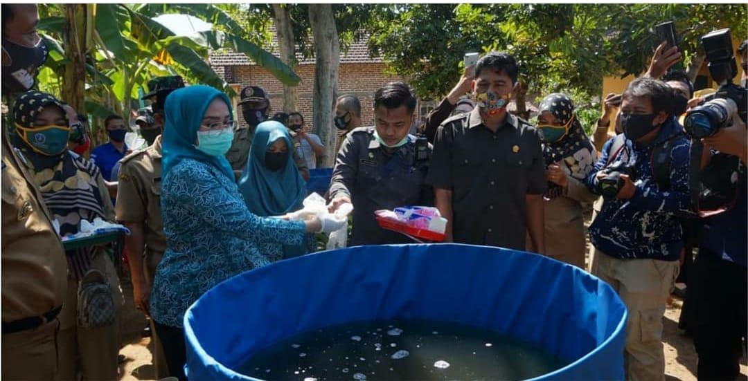 Ketua DPRD Ponorogo saat melakukan Penebaran Benih Ikan sebagai salah satu upaya melakukan Ketahanan Dapur ditengah Pandemi.