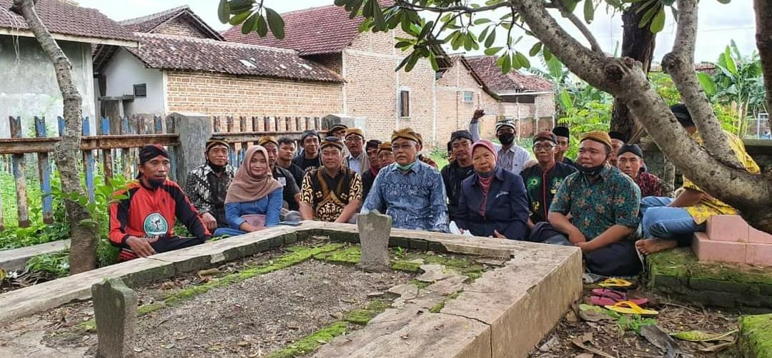 Keluwarga Ageng Pakasa Gebang Tinatar saat melakukan Pengetan Sejarah Meteng 7 Beruk di Makam Raden Martapura