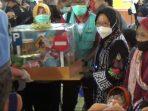Menteri Sosial Tri Rismaharini meyerahkan bantuan di Desa Krebet Jambon Ponorogo