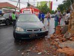 Mobil Sedan menabrak Pohon Pule di Jalan Dr Sutomo Kota Madiun