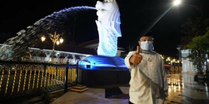 Wali Kota Maidi berdiri didepan Patung Merlion, salah satu Ikon Kota Pendekar yang diresmikan jelang pergantian tahun
