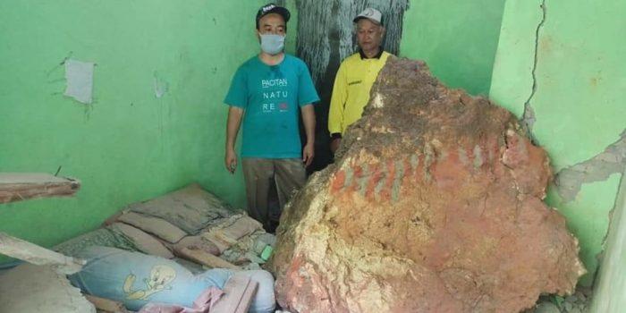 Batu besar terjang rumah warga Desa Bomo, Punung, Pacitan, Ahad (17 Januari 2021) dini hari