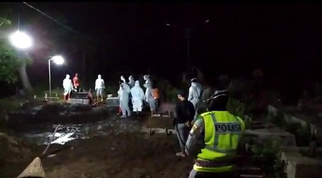 Pemakaman jenazah dengan protokol Covid 19. Kasus penambahan masih terus terjadi di Ponorogo.