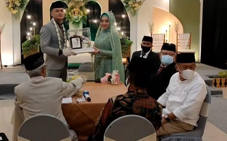 Sugiri Sancoko, Bupati Ponorogo terpilih menjadi saksi pernikahan Dian Agus Prasetyo dan Citra Dian Yulfiana.