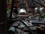 Rumah Pak Gatot yang tertimpa pohon