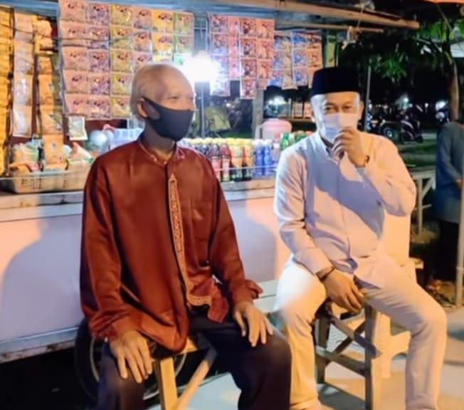 Bupati Sugiri Sancoko berbincang dengan PKL di Alun-Alun Ponorogo, Bupati meminta Protokol Kesehatan ditegakkan dengan disiplin