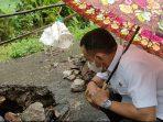Bupati Sugiri Sancoko saat melihat Jalan Berlubang di jalur Slahung - Ngrayun