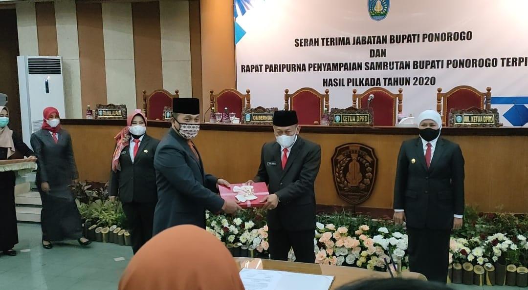 Serah jabatan Bupati dari Plh Agus Pramono kepada Sugiri Sancoko disaksikan Gubernur Jawa Timur, Khofifah Indar Parawansa