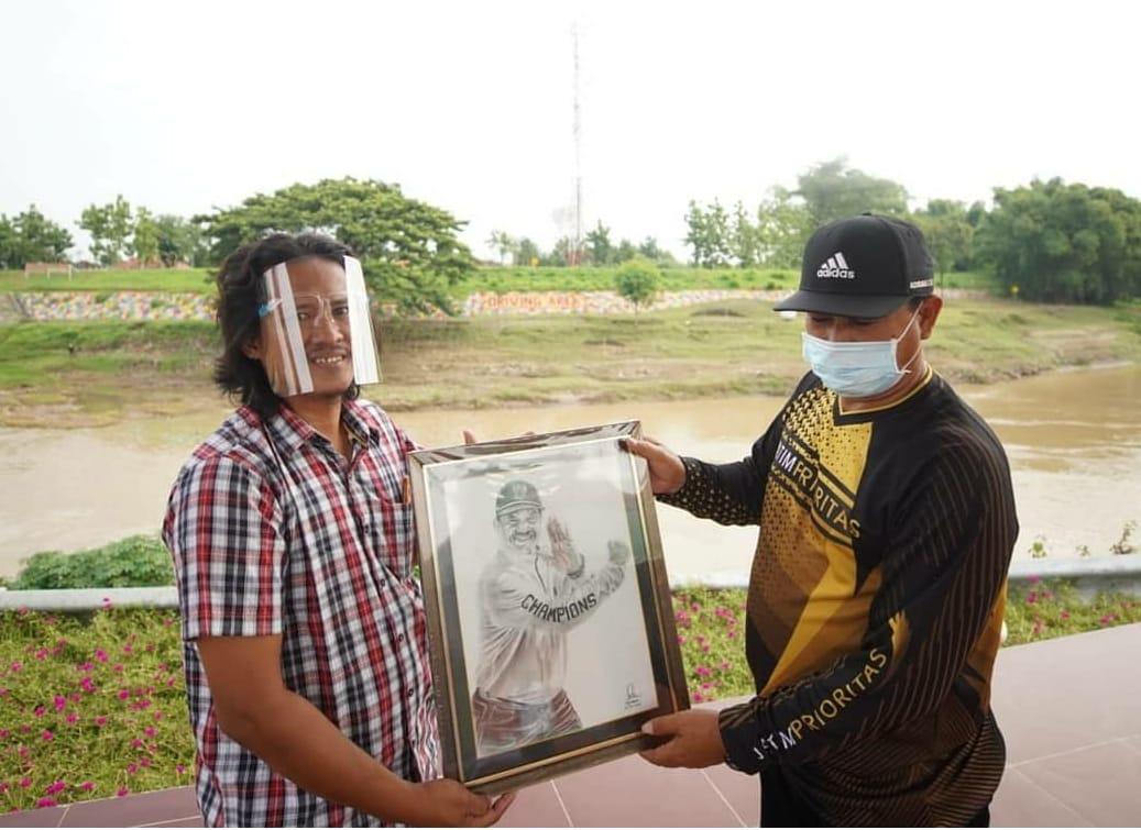 Wali Kota Maidi saat menerima lukisan wajah. Pak Maidi meminta warga masyarakat tetap semangat dan tidak menyerah saat Pandemi