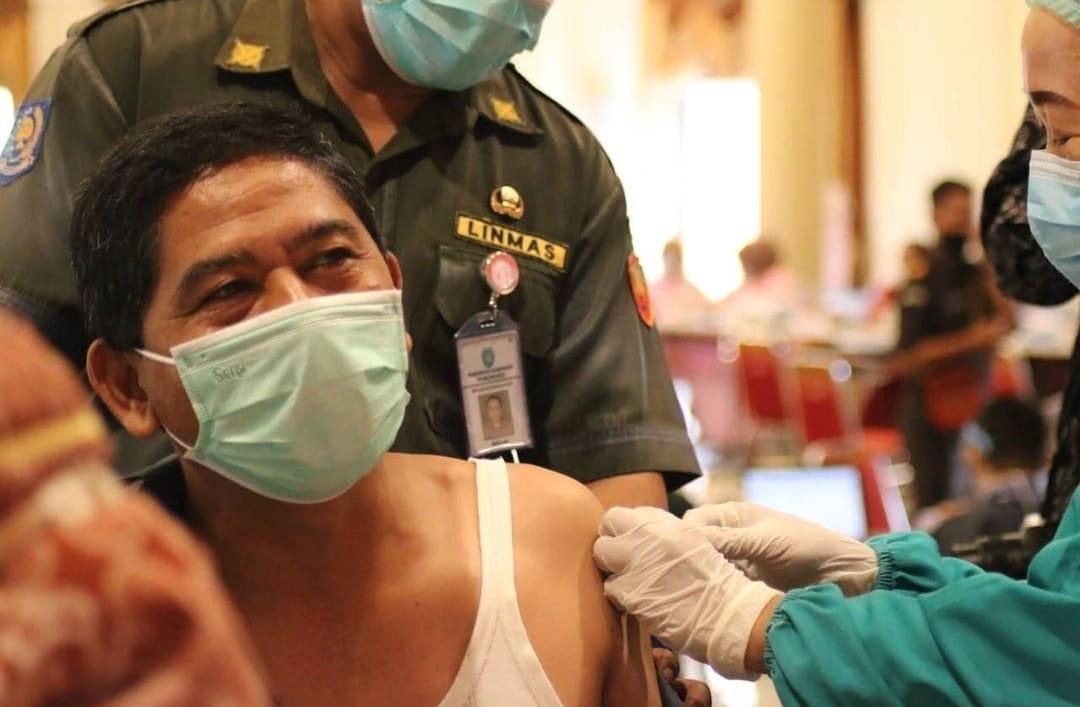 Ketua DPRD Ponorogo menerima Suntikan Vaksin Covid 19