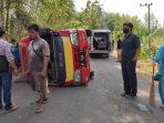 Mobil Travel terguling di Sampung