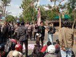 Aliansi Mahasiswa Ponorogo menggelar aksi dan menyampaikan aspirasi di saat Kunker Presiden Jokowi ke Ponorogo. (Yahya AR/Madiunraya.com)