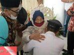 Bupati Sugiri Sancoko saat sungkem kepada Ibundanya, Ibu Hj Suyatun. (Yahya AR/Madiunraya.com)