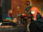Gubernur Khofifah Indar Parawansa saat melihat pembuatan Sate Ayam Ponorogo