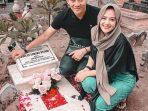 Ifan Seventeen bersama sang isterii, Citra Monica saat berziarah kemakam Dylan Sahara Putri di Ponorogo