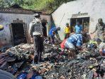 Kondisi Rumah Pak Marni yang ludes terbakar. Warga dan petugas membantu membersihkan puing-puing rumah