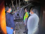 Kondisi Rumah di Prajegan setelah Roboh dan dilihat oleh Petugas Kepolisian untuk olah TKP