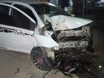 Mobil Sedan rusak parah setelah menabrak pohon