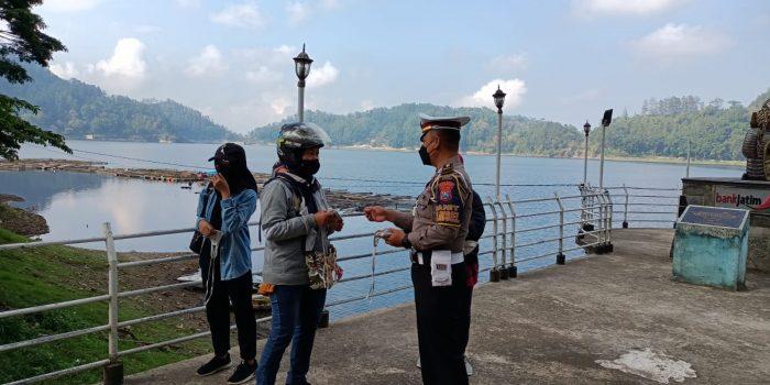 Polisi membagikan Masker kepada pengunjung Telaga Ngebel