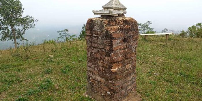 Tugu Belanda di Puncak Bukit Suroloyo Pacitan. (Yahya AR/Madiunraya.com)